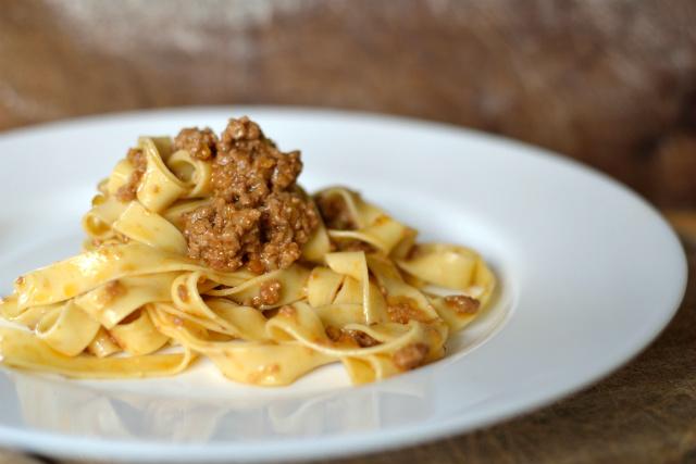 ... server tagliatelle med din ragu' og riv Parmigiano Reggiano over