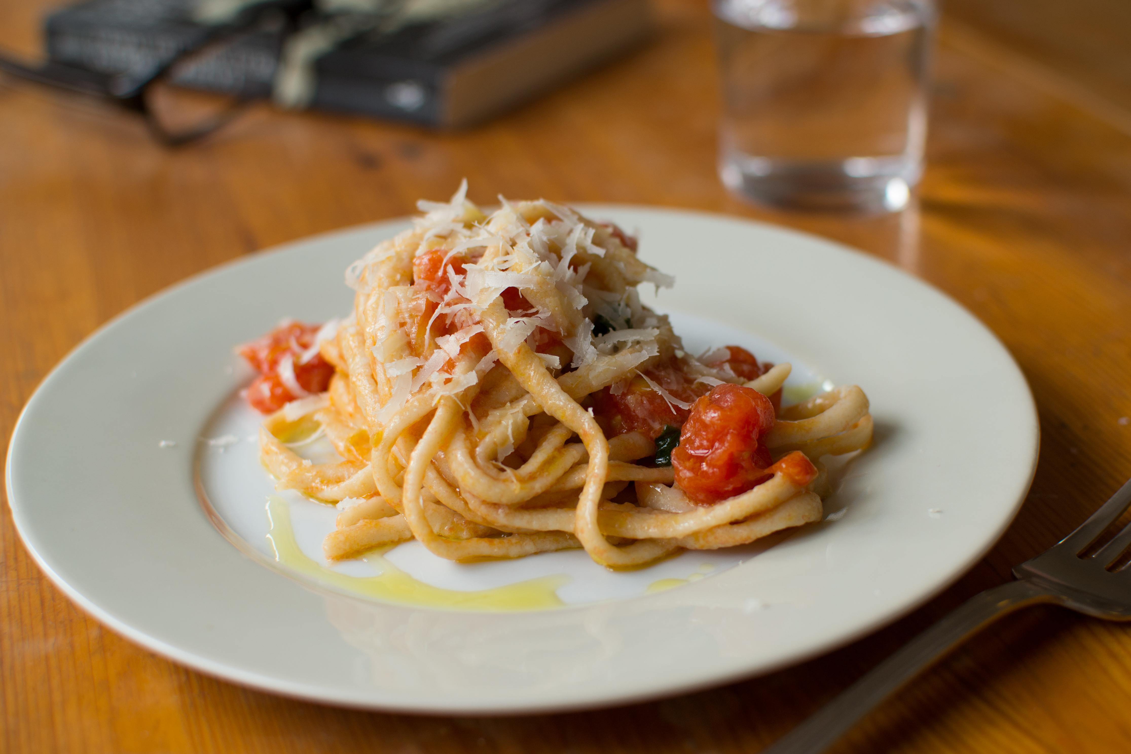 hjemmelavet tomatsovs med friske tomater